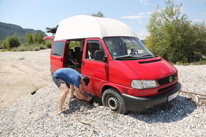 Klappspaten und Sandbleche können die Rettung sein. Luftdruck aus den Reifen lassen ist auch eine gute Idee